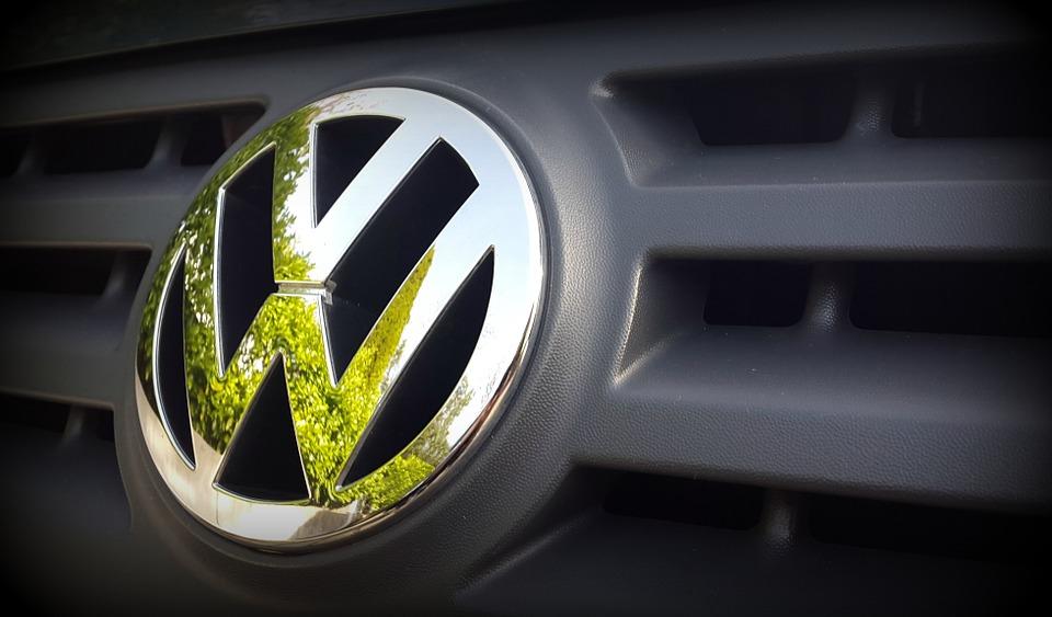 Volkswagen vs Tesla sulle auto elettriche