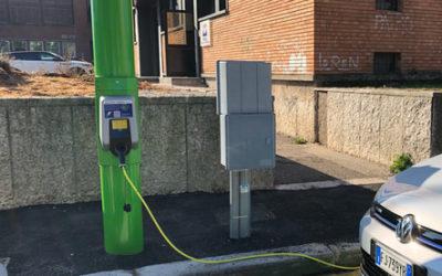 """Illuminazione """"smart"""" a Verona, i pali intelligenti che ricaricano anche le auto elettriche"""