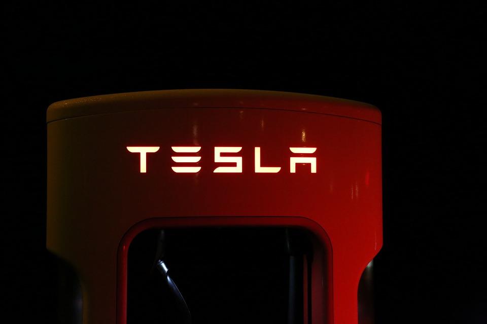 Il nuovo sistema di guida autonoma Tesla